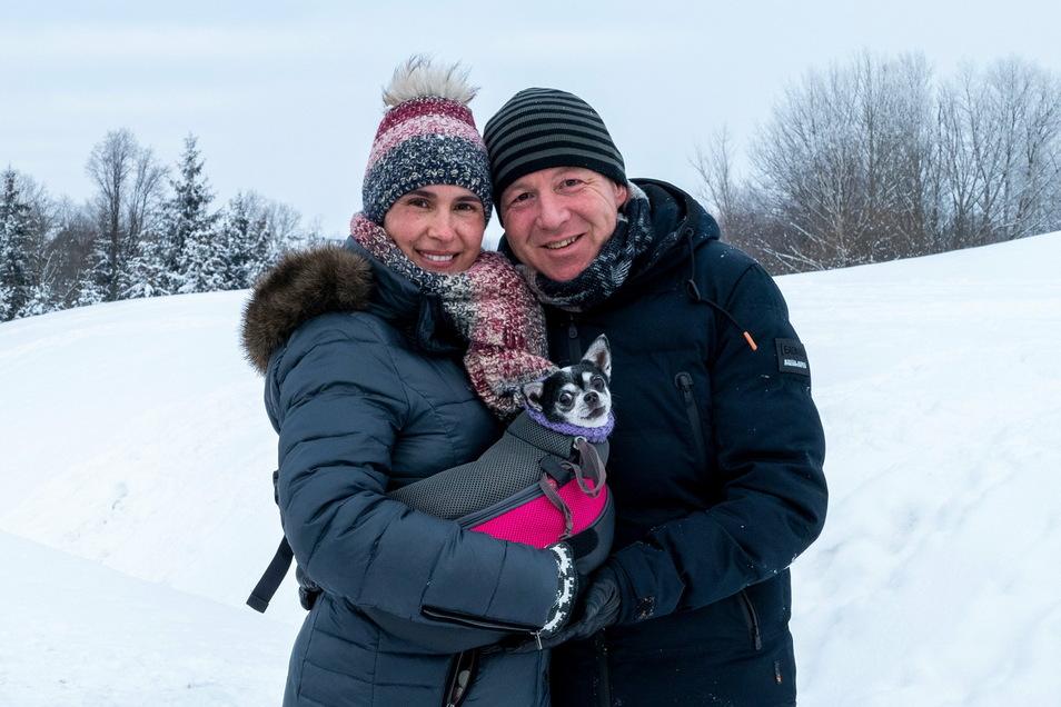 Tatjana und Heiko Hermer gehen mit ihrem Chihuahua in Hartha spazieren. Warm verpackt sind alle Drei.
