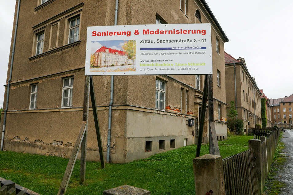Die seit fünf Jahren auf diesem Schild versprochene Renovierung der Zittauer Sachsenstraße ist bisher ein leeres Versprechen.