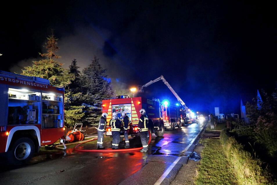 Mit einem Feuerwehr-Großaufgebot wurde am 8. Juli letzten Jahres ein Scheunenbrand an der Koschener Straße in Tätzschwitz bekämpft. Der Sachschaden war immens. In den Morgenstunden nach der Brandnacht stellte die Polizei mit Hilfe eines Fährtenhundes