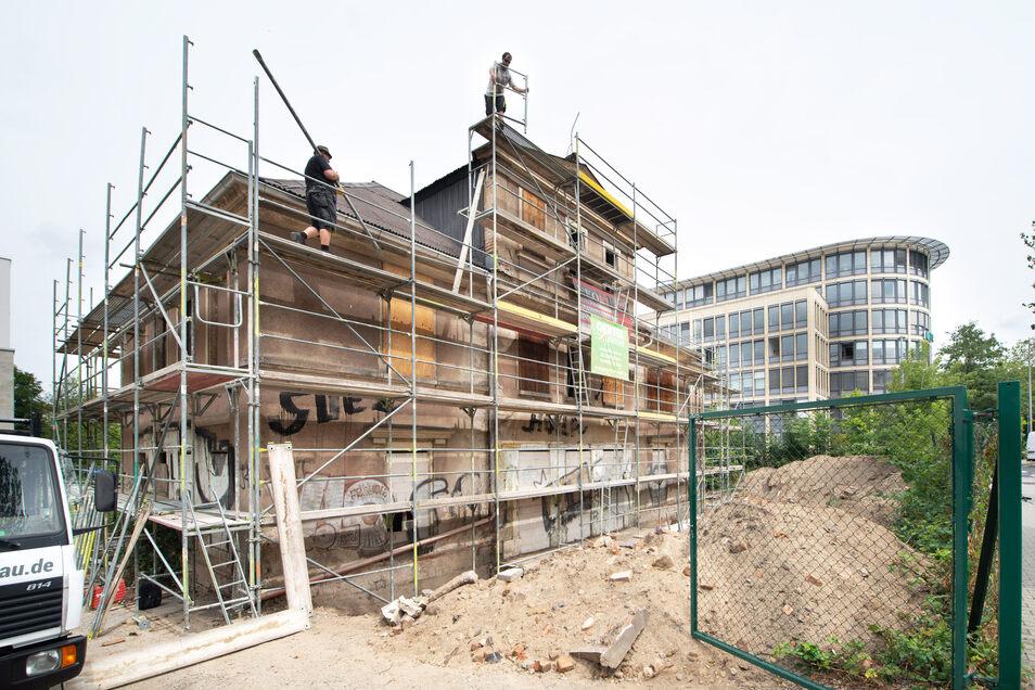 Gerüstbauer sind bereits an der Behrschen Villa in der Inneren Neustadt zugange. Bald soll das Haus saniert werden.