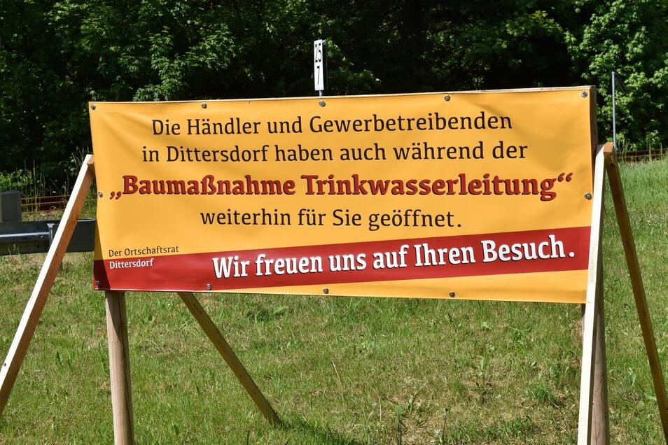 Mit diesem Schild hat der Ortschaftsrat Dittersdorf auf die Bauarbeiten und die Erreichbarkeit der Betriebe und Geschäfte aufmerksam gemacht.