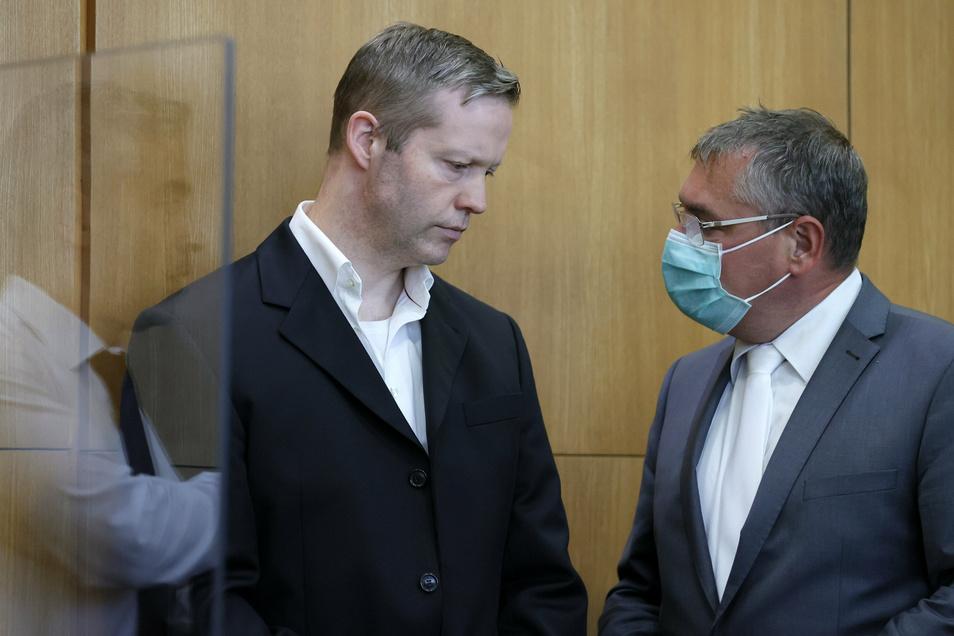 Der Hauptangeklagte Stephan Ernst (l.) neben seinem bisherigen Verteidiger Frank Hannig.