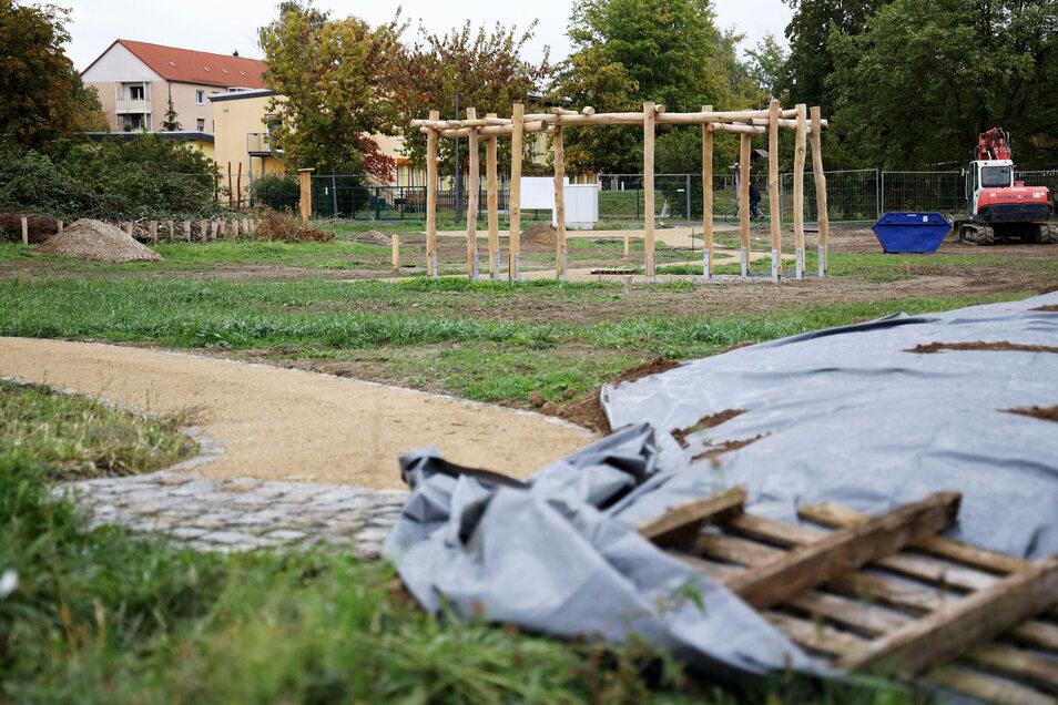 Der neue Bürgergarten liegt schon jenseits des Schulgeländes. Hier kommt aber der Schulgarten hin, bei dem Schüler säen, Anwohner ernten sollen.