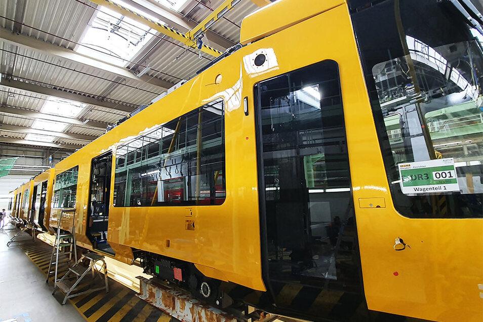 Zum ersten Mal kann man auf diesem Foto die volle Länge der neuen Straßenbahn erahnen.
