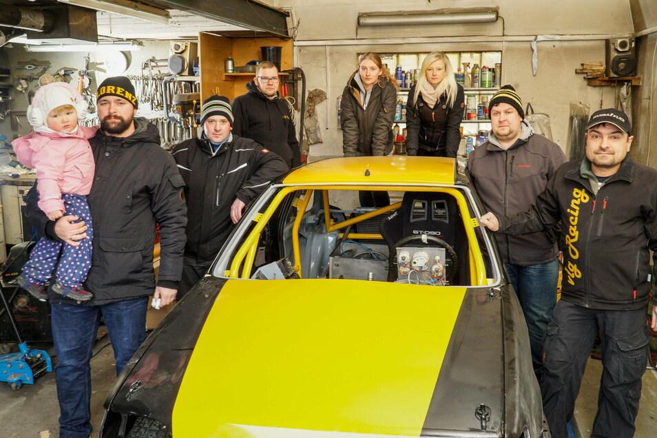 Der neue Rennwagen des Autocrossvereins VLG Racing aus Weifa befindet sich im Aufbau. Für Jürgen Thomas, Marcel Burkhardt (von rechts) und die anderen Vereinsmitglieder macht das allerdings nur Sinn, wenn sie einen neuen Standort finden.