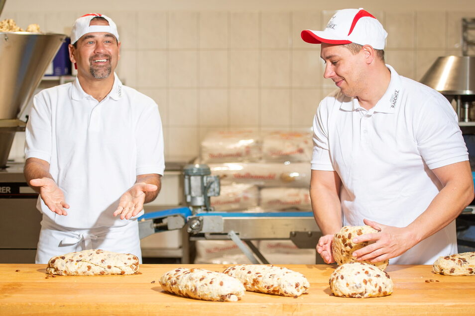 Der Ex-Dynamo-Fußballer Ulf Kirsten (l.), knetet im Back-Bistro der Bäckerei Raddatz in Boxdorf gemeinsam mit Bäcker Marco Sewczyk Weihnachtsstollen für einen guten Zweck.