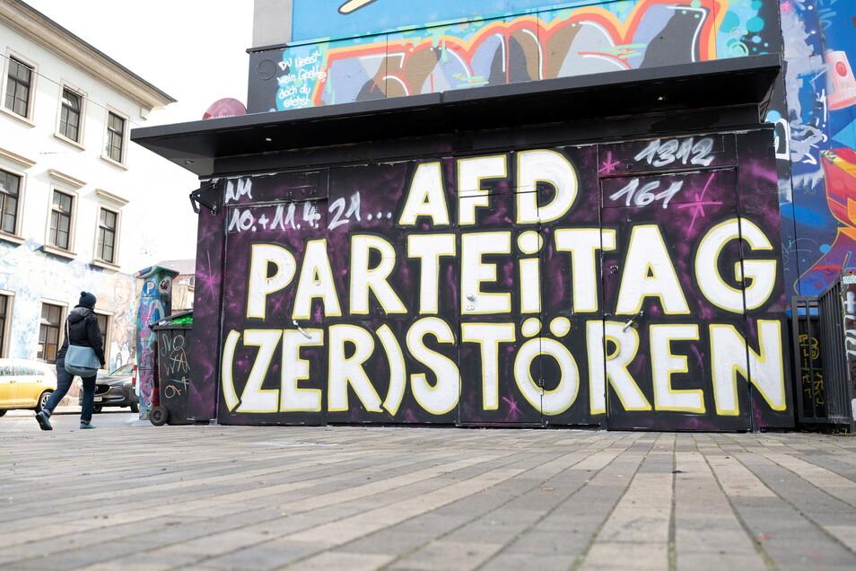 """Ein Graffiti mit der Aufschrift """"AfD Parteitag (zer)stören"""" steht an der Fassade einer öffentlichen Toilette in der Dresdner Neustadt."""