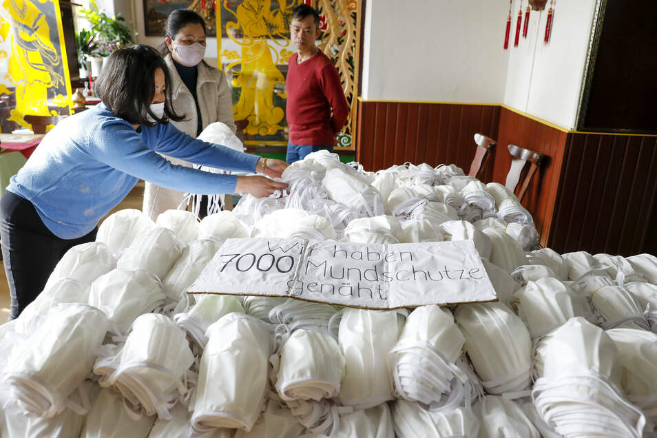 Mitglieder des Vietnamesischen Kulturvereins Löbau-Zittau haben insgesamt 7.000 Schutzmasken übergeben.