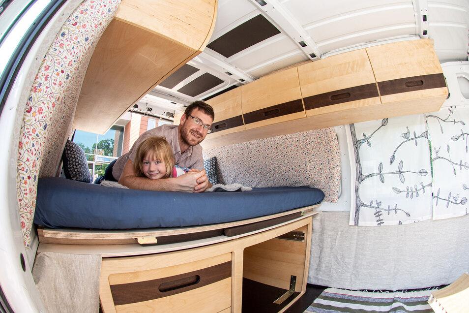 Dieser Transporter wurde von Chris Walther meisterhaft mit maßgefertigtem Einbaubett mit Küchenauszug und Oberschränken ausgestattet.