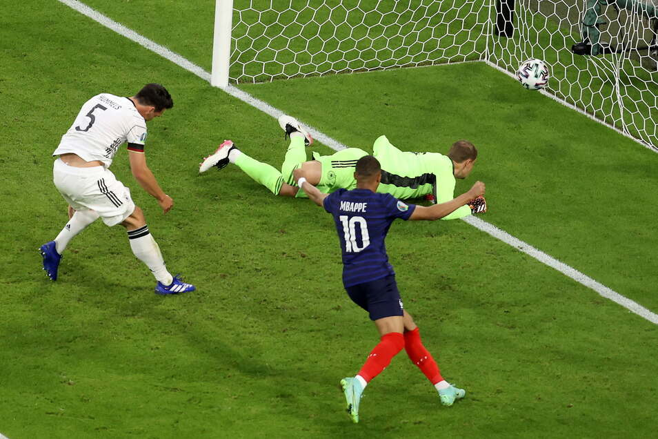 Mats Hummels (l) erzielt ein Eigentor. Frankreichs Kylian Mbappe (vorne, Mitte) freut's.