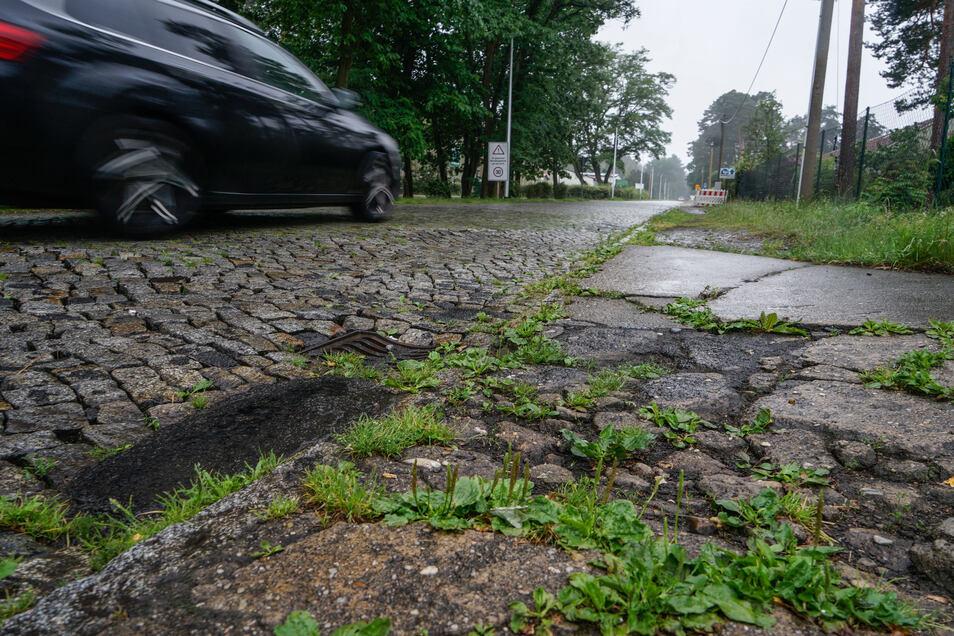 Das alte Pflaster auf der Eutricher Straße ist uneben, Schlaglöcher sind notdürftig geflickt.