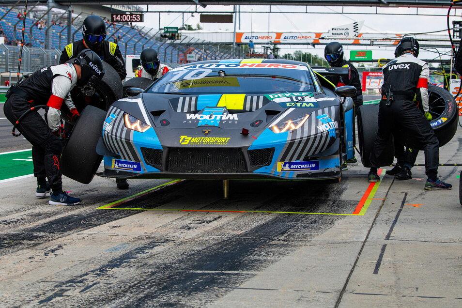 Sechs Mann für vier Räder: Einer muss sich beim Reifenwechsel noch ums hydraulische Aufbocken des Lamborghini kümmern.