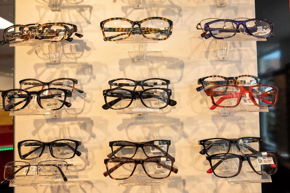 Brillen in der Auslage bei Pro Optik in Neustadt. Dort werden jetzt Brillen für Personen aus systemrelevanten Berufen des Gesundheitswesens verschenkt.