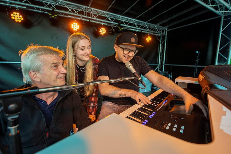 Soundcheck vor dem Konzert: Techniker Jens Schütze (li.) stimmt mit Anthony Weihs und Lara S. Details für einen Premierenauftritt in Großenhain ab.
