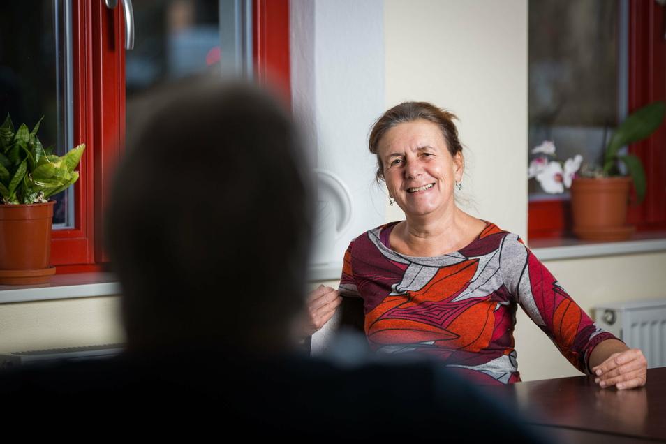 Christine Weimann, Leiterin des Treffs für psychosozial Erkrankte auf der Naumannstraße 3 a im Gespräch mit einer anonymen Frau (Christine).