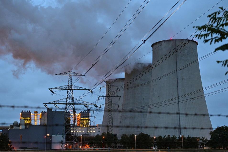 Wasserdampf steigt aus den Kühltürmen des Braunkohlekraftwerks Jänschwalde der Lausitz Energie Bergbau AG. Der Kohleausstieg könnte sich unter der neuen Bundesregierung beschleunigen.