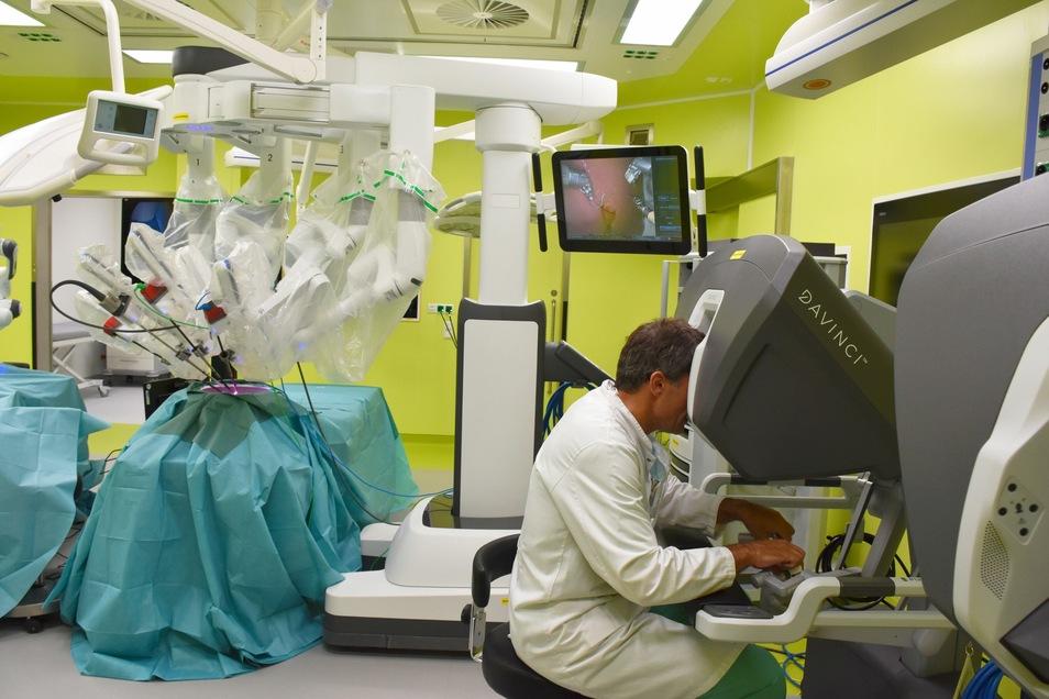 Prof. Weitz demonstriert die Funktionsweise des OP-Roboters Da Vinci XI im neuen Experimental-OP des Nationalen Centrums für Tumorerkrankungen Dresden (NCT/UCC).