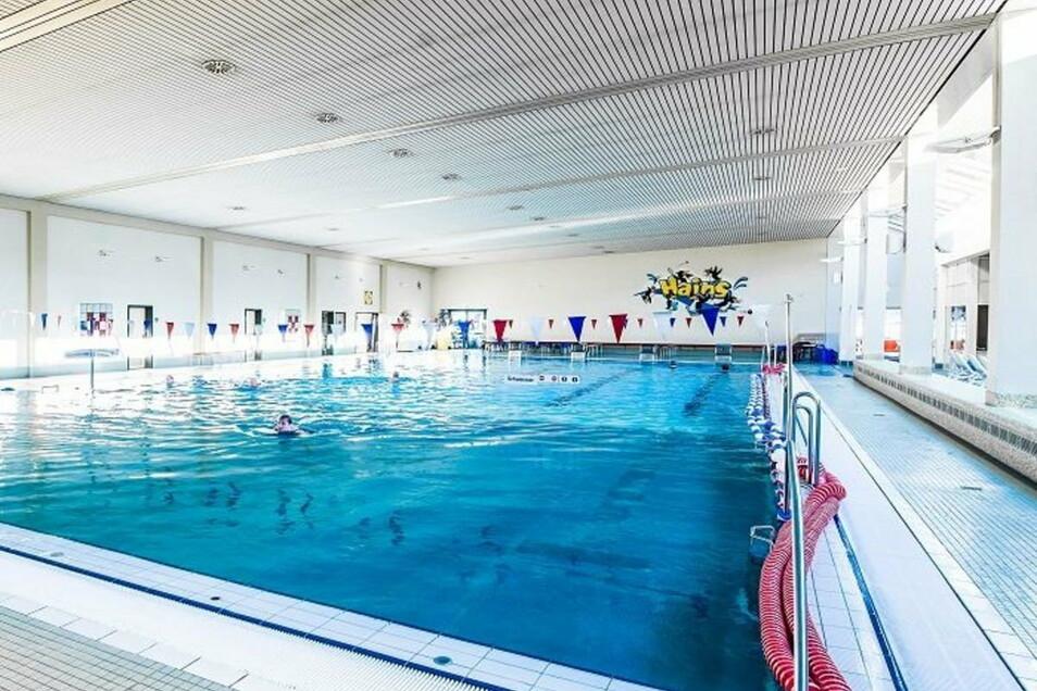 Schwimmen: Das Becken im Hains ist nach wie vor gefüllt. Doch Besucher dürfen noch nicht wieder rein.
