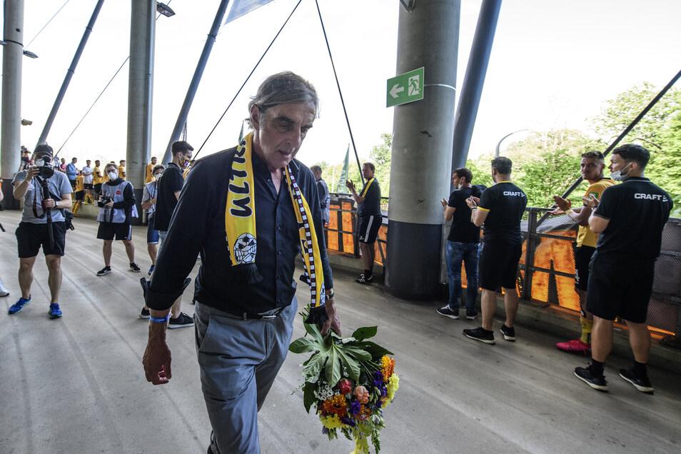 Es ist vielleicht sein schwerster, sein emotionalster Gang. Die Fans haben Ralf Minge noch einmal gefeiert, und dann geht er sichtlich berührt.