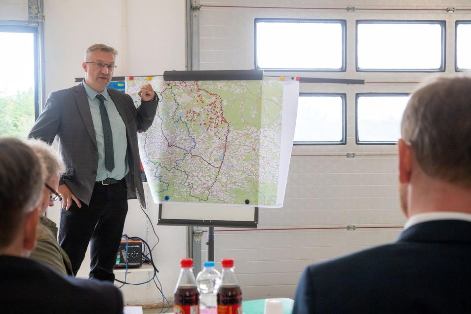 Dr. Udo Mann erläutert Sachsens Ministerpräsident Michael Kretschmer und Pressevertretern, was zur intensiveren Bekämpfung der Afrikanischen Schweinepest getan werden kann.
