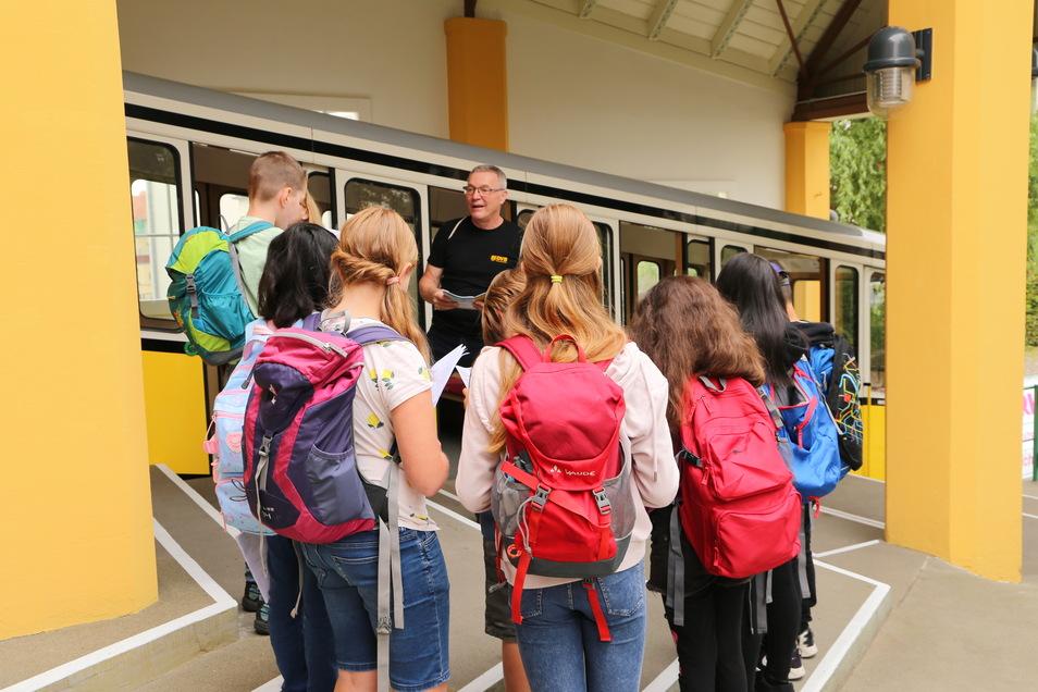 In den Sommerferien hatten einige Kinder Gelegenheit, die Geocaching-Touren zwischen den Bergstationen der Loschwitzer Seilbahnen auszuprobieren. Angeleitet wurden sie von DVB-Kundenbetreuer Holger Wolf (Mitte). Die Kinder waren von der neuen Schnitzeljag