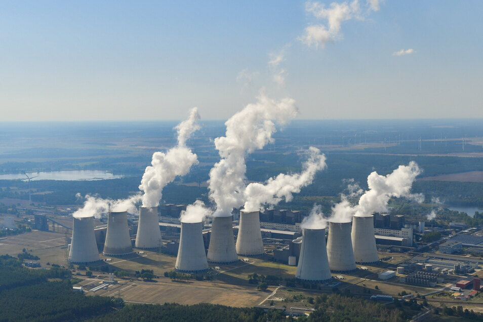 In der Lausitz und im Leipziger Land, wo jetzt Braunkohle zu Strom wird wie hier in Jänschwalde, sollen zwei große Forschugnszentren aufgebaut werden.