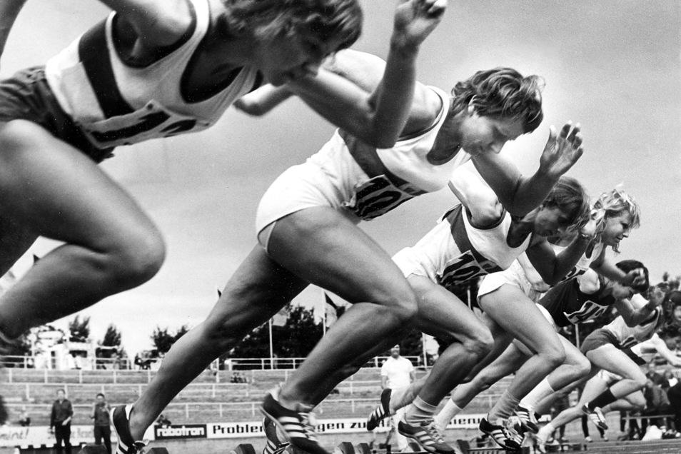 Renate Stecher (2. v. l.) sprintete 1973 zu zwei Weltrekorden. Es waren die letzten von Hand gestoppten Bestmarken.