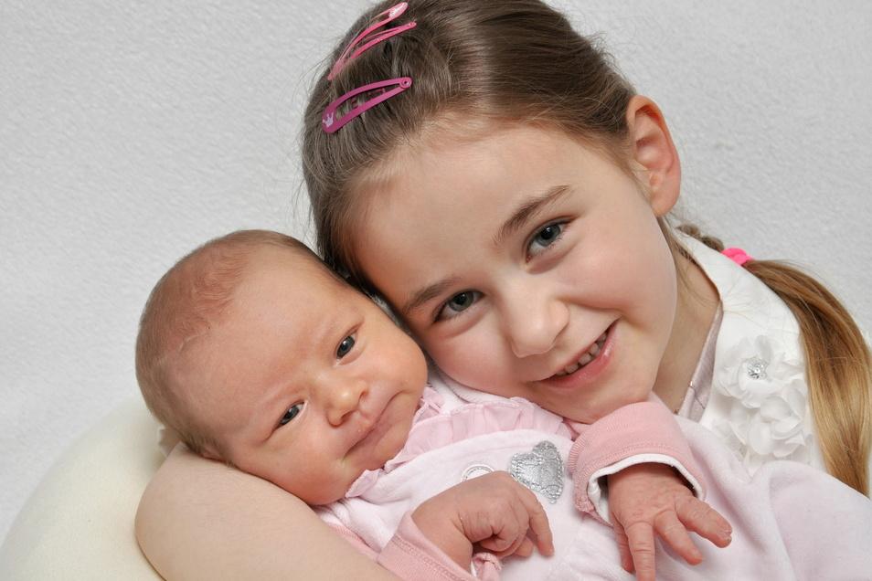 Emmelie mit Schwester Fabienne, geboren am 17. Februar, Geburtsort: Bautzen, Gewicht: 3.460 Gramm, Größe: 50 Zentimeter, Eltern: Jenny und Matthias Böhm, Wohnort: Neschwitz