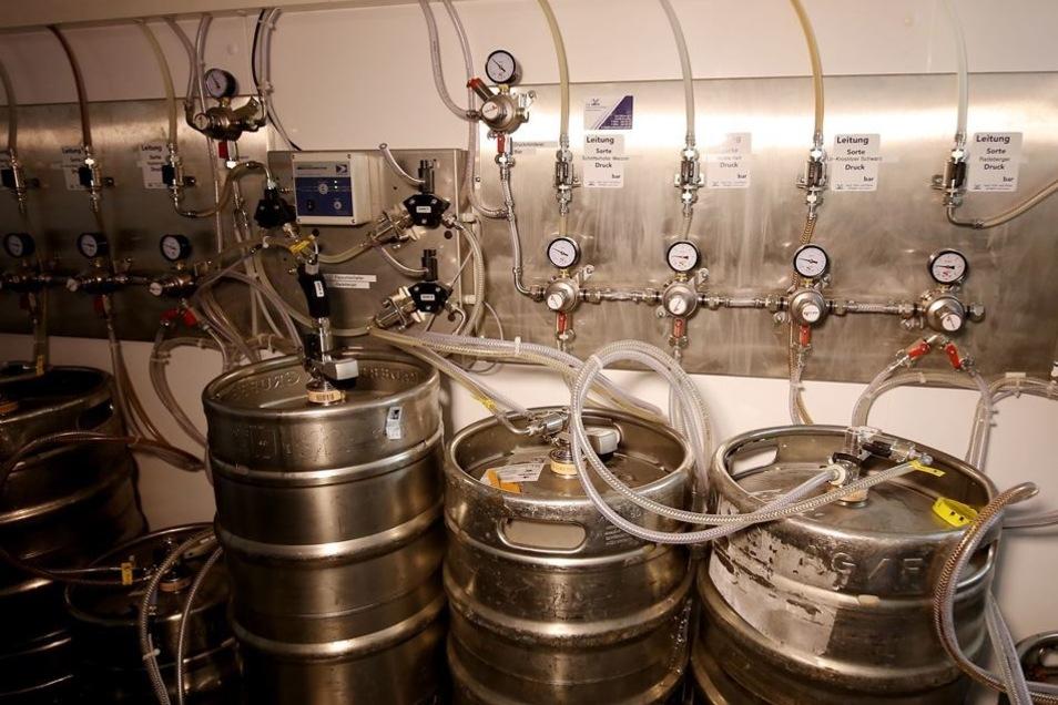 Extra von der Brauerei für den Luisenhof entwickelt: In Reihe geschaltete Radeberger-Fässer in einem eigenen Kühlraum.