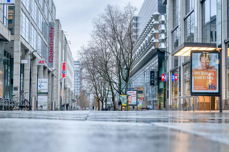 Die Prager Straße in Dresden ist menschenleer. Wegen der Corona-Krise haben alle Läden mit Ausnahme von Lebensmittelhändlern und Supermärkten geschlossen.