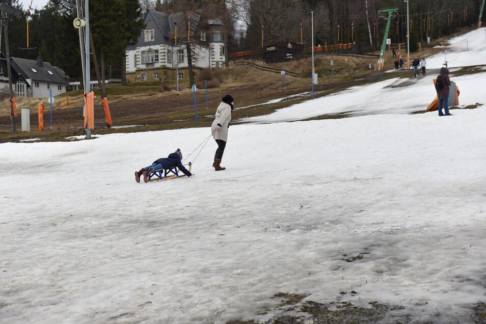 Trotz des Mangels an Schnee können Kinder in Neustadt während der Ferien viel erleben. Hier am Skihang in Altenberg sorgen die Schneekanonen bei Frost so gut es geht für Kunstschnee.