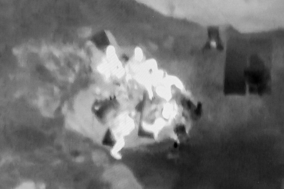 Vom Hubschrauber aus entdeckt: Fünf Boofer sitzen in der Runde, daneben liegen Isomatten.