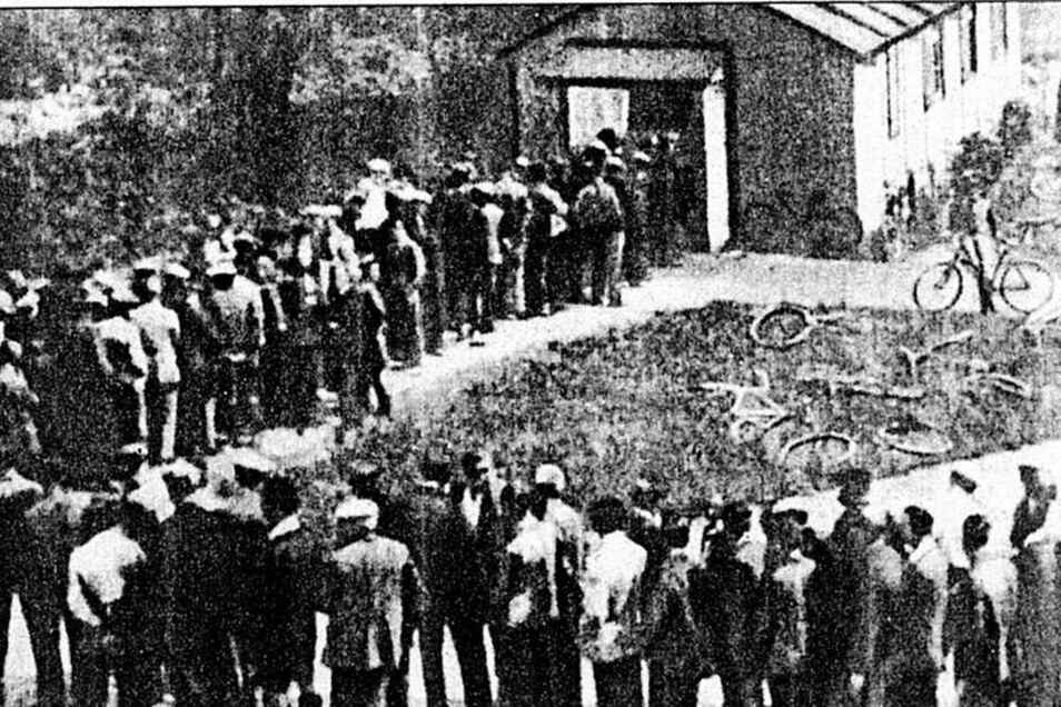 Ende der 20er-Jahre: arbeitslose Freitaler vor der Stempelstelle auf dem Potschappler Steigerplatz. In der Stadt am Windberg lag die Zahl der Erwerbslosen und Versorgungsempfänger extrem hoch. Sammlung: Siegfried Huth