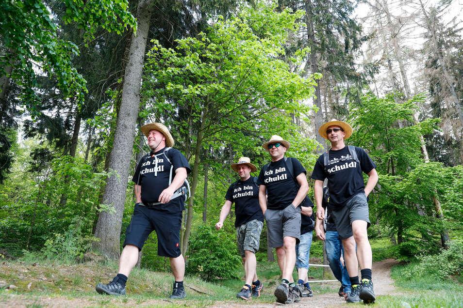 Bewegung an der frischen Jonsdorfer Luft - das gefällt auch den Wanderern, die sich gemeinsam auf den Weg gemacht haben.