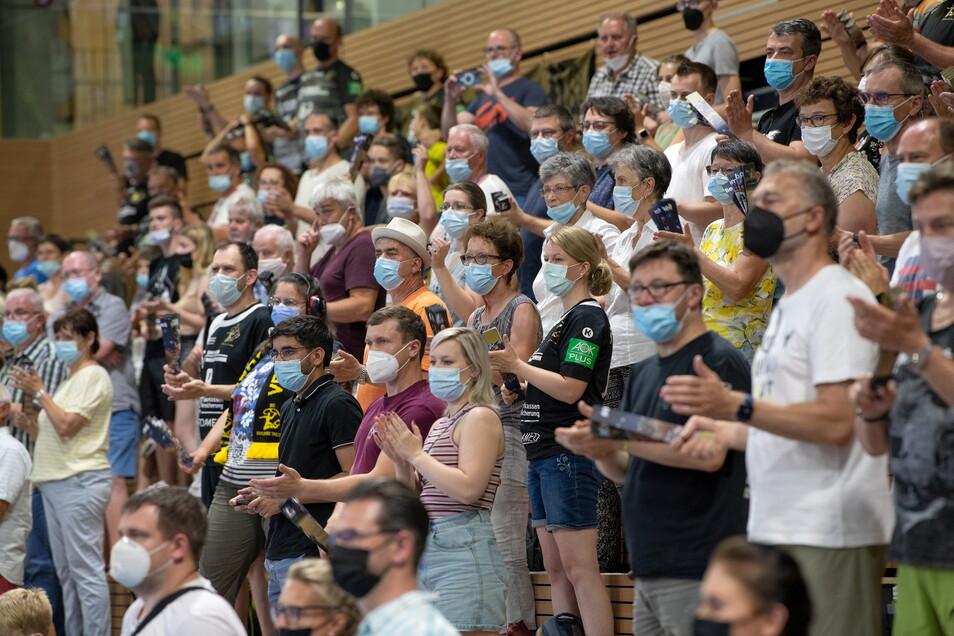 Fast alle der 698 zahlenden Zuschauer in der Dresdner Ballsport-Arena tragen den Mund-Nase-Schutz korrekt. Unter Auflagen durften auch beim letzten Heimspiel der Saison Fans dabei sein.