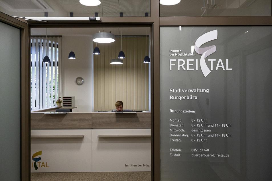Durch diesen modernen Eingang geht es direkt ins neue Bürgerbüro.