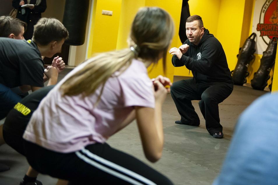 Jan Thormeyer und seine Schützlinge in der Sportschule Meißner Straße beim Krav-Maga-Training.