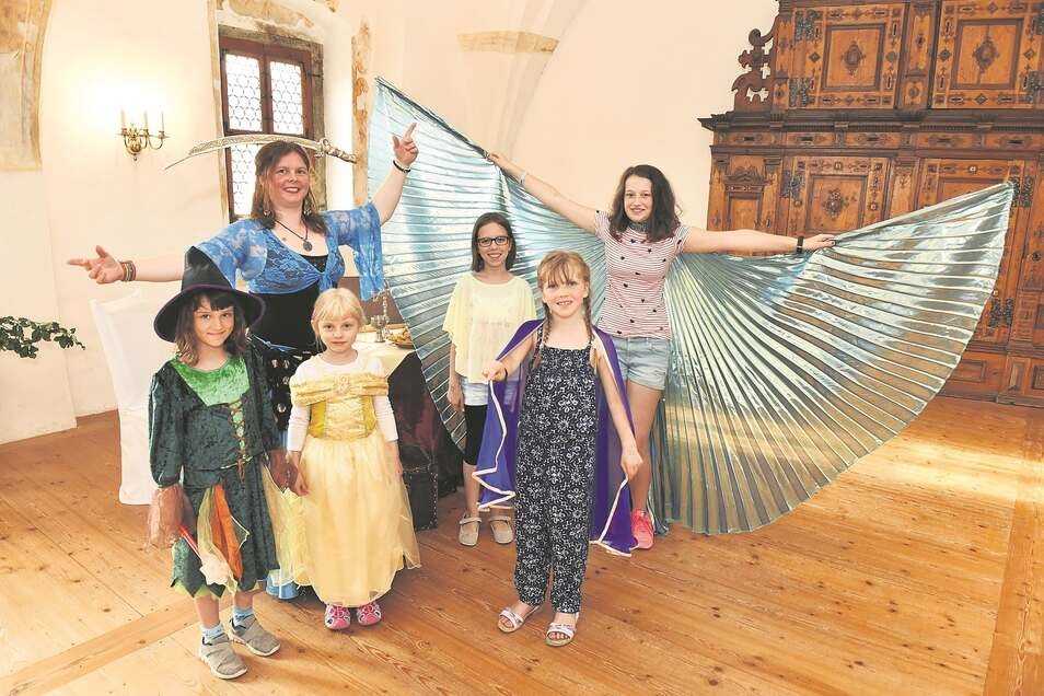 Im Vogelsaal tanzte Bettina Seifert vom Schlossverein mit Besucherkindern.