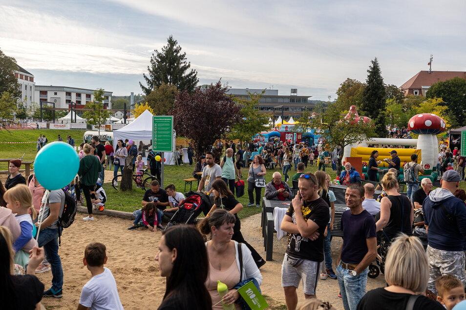 Auf der Wiese hinter dem Neumarkt wurde ein Kinderfest gefeiert. Entsprechend bunt und wuselig ging es hier zu.