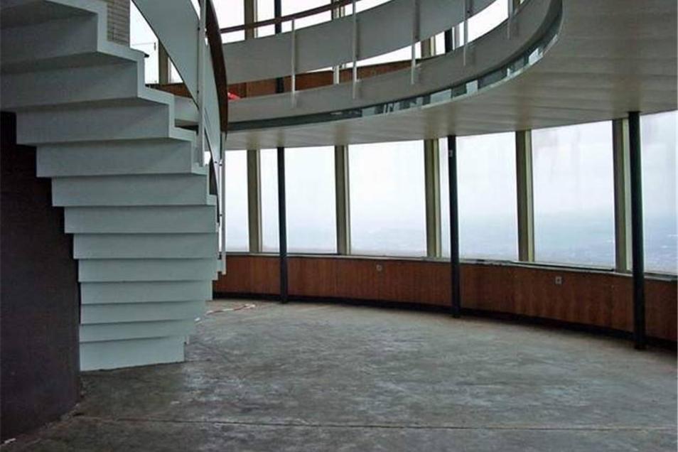 Heute ist das ehemalige Café im Fernsehturm leer geräumt. Tische und Stühle wurden aus Gründen des Brandschutzes entfernt. Seit 1991 ist die Aussichtsplattform nicht mehr öffentlich zugänglich.