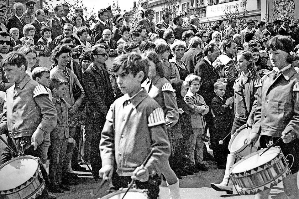 Dicht an dicht standen die Zuschauer an der Strecke und natürlich auch am Rathaus, um am 27. Juni 1971 die 124 Bilder des Festumzuges der 750-Jahrfeier zu erleben. Mitgestalter waren auch Orchester und Musikgruppen wie der Fanfarenzug des Kreises Löbau.
