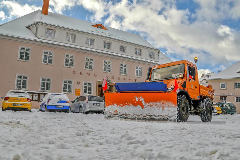 In Jonsdorf hat der Winterdienst oft viel zu tun. Aber wie weit reicht die Pflicht einer Gemeinde, für schnee- und eisfreie Straßen zu sorgen?
