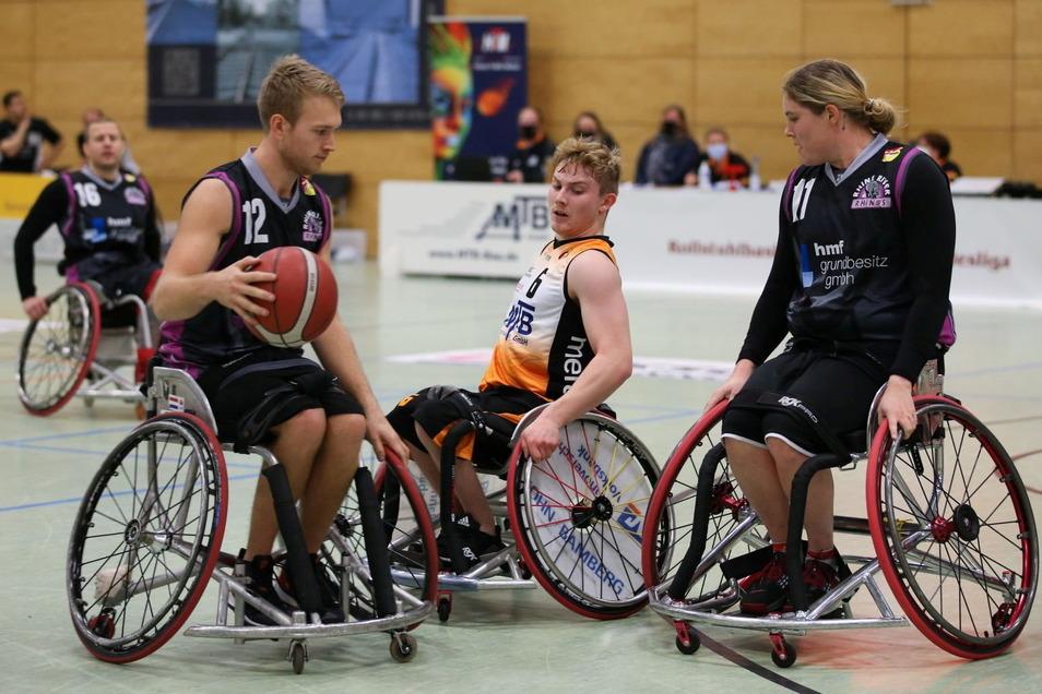 Der Ex-Kamenzer Tobias Hell (M.) spielt seit zwei Jahren bei Hannover United Rollstuhlbasketball, hier gegen die Rhine River Rhinos Wiesbaden. Jetzt wurde er in den National-Kader Deutschland berufen und fliegt am 18. August zu den Paralympics nach Tokio.