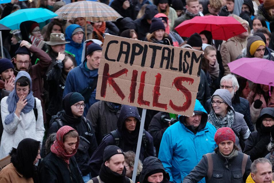 Teilnehmer der Fridays-for-Future-Bewegung demonstrieren am Globalen Klima Aktionstag am 29. November 2019 in Leipzig.