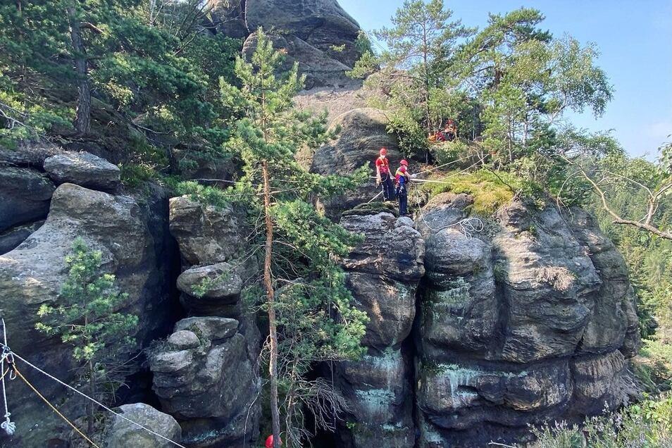 Die Bergretter mussten in dem schwer zugänglichen Gelände Seilsicherungen legen.