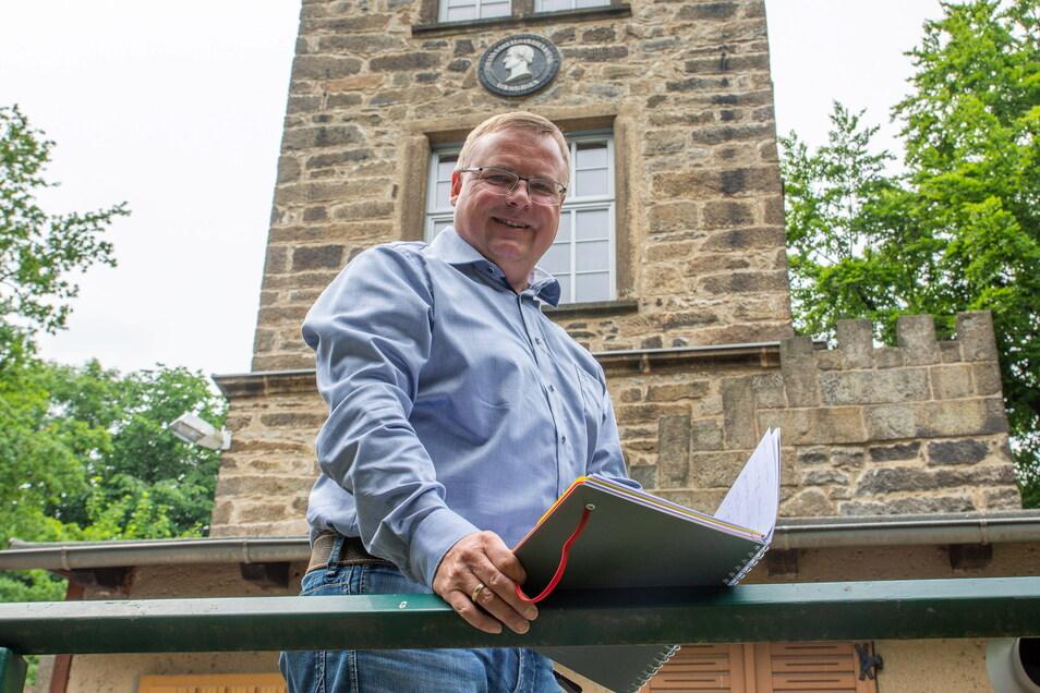Neukirchs Bürgermeister Jens Zeiler hofft, dass es am Valtenberg bald eine neue Attraktion gibt. Ob diese umsetzbar ist, hängt auch von Umweltschutzbelangen ab.