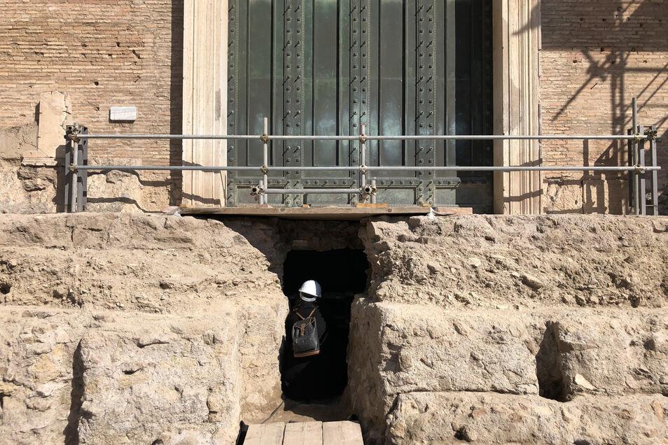 Der Eingang zu einem unterirdischen Raum.