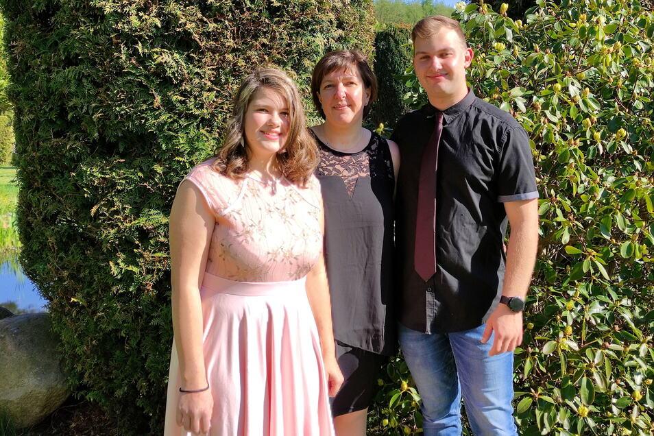 Laura Buchberger feierte mit der Familie Jugendweihe daheim in Schönbach bei Kamenz. Ihre Mutter Kathleen Hetmank hatte sich mit anderen Eltern stark gemacht für die Organisation. Auch Bruder Erik freute sich für seine kleine Schwester.
