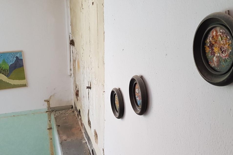 Im Treppenhaus hängen noch Bilder der Bewohner. Diese Bilder hat Lonie Pfennig aufgehangen.