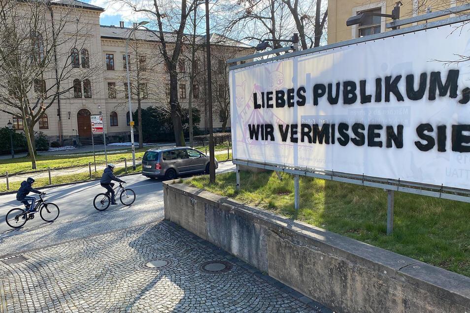 """Auch am Zittauer Theater hängt jetzt dieses Transparent dort, wo sonst auf die nächsten Premieren und Vorstellungen hingewiesen wird: """"Liebes Publikum, wir vermissen Sie."""""""